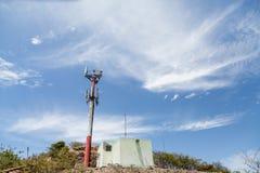 Vecchia torre del telefono cellulare sulla collina tropicale Immagini Stock