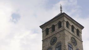 Vecchia torre dell'orologio vicino alla moschea di Gazi Husrev archivi video