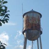 Vecchia torre di acqua arrugginita Fotografie Stock Libere da Diritti