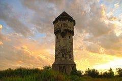 Vecchia torre di acqua, cielo nuvoloso fotografia stock libera da diritti