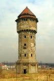 Vecchia torre di acqua, cielo nuvoloso immagini stock libere da diritti