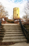 Vecchia torre di acqua di pietra nell'inverno Immagini Stock Libere da Diritti