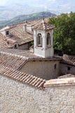 Vecchia torre di chiesa con il segnalatore acustico nel San Marino fotografia stock libera da diritti