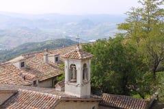 Vecchia torre di chiesa con il segnalatore acustico nel San Marino fotografie stock libere da diritti