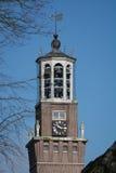 Vecchia torre di chiesa con le campane ed il segnavento Fotografia Stock