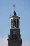 Vecchia torre di chiesa con le campane ed il segnavento Fotografie Stock Libere da Diritti