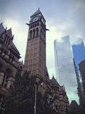 Vecchia torre di orologio della costruzione del comune a Toronto fotografia stock