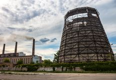 Vecchia torre di raffreddamento della pianta di cogenerazione in Kyiv, Ucraina Immagine Stock