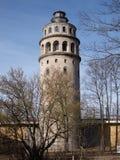 Vecchia torre di stoccaggio dell'acqua con le finestre incurvate Immagine Stock Libera da Diritti