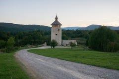 Vecchia torre isolata al prato in Croazia dal tramonto immagini stock libere da diritti