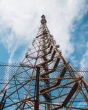 Vecchia torre radiofonica della TV fotografie stock