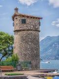 Vecchia torre sul porticciolo della città di Malcesine, polizia del lago, Italia Fotografia Stock
