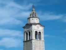 Vecchia torretta di chiesa con il cielo Fotografia Stock
