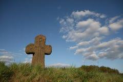 Vecchia traversa di pietra con il simbolo della spada Fotografie Stock