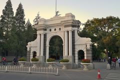 Vecchia università di Tsinghua del portone, Pechino Immagini Stock