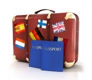 Vecchia valigia con i passaporti e le bandiere degli striples Fotografia Stock Libera da Diritti