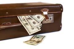 Vecchia valigia con soldi su un fondo bianco Fotografia Stock