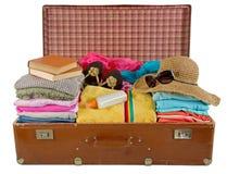 Vecchia valigia dell'annata imballata con i vestiti Fotografia Stock Libera da Diritti