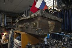 Vecchia valigia indossata Immagini Stock