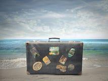 Vecchia valigia vicino al mare Immagini Stock Libere da Diritti