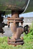 Vecchia valvola del ghisa sulla conduttura Fotografie Stock
