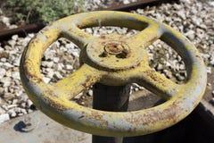 Vecchia valvola gialla della ruota Fotografia Stock