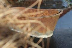 Vecchia vasca arrugginita sul lago congelato immagini stock libere da diritti