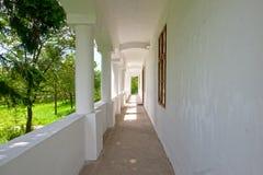 Vecchia veranda bianca di vecchia casa della canonica, Ungheria Fotografie Stock Libere da Diritti