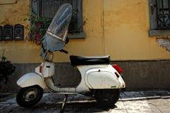 Vecchia vespa d'annata in negativo per la stampa di cartamoneta di San Miniato, Italia fotografie stock