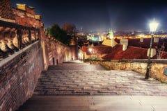 Vecchia via abbandonata Praga di notte La repubblica Ceca, bello arco Fotografia Stock Libera da Diritti