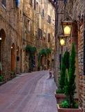 Vecchia via accogliente a San Gimignano, Toscana, Italia immagine stock