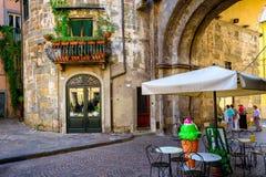 Vecchia via accogliente stretta a Lucca fotografia stock