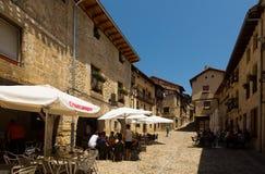 Vecchia via con restorain in Frias Burgos fotografia stock libera da diritti