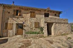 Vecchia via del villaggio di Buzet Immagine Stock