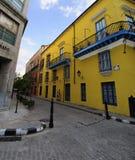 Vecchia via di Avana con costruzione coloniale, Cuba fotografia stock