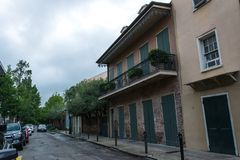 Vecchia via di Bourbon, New Orleans, Luisiana Vecchie case nel quartiere francese di New Orleans fotografia stock