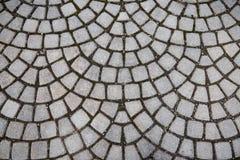 Vecchia via di pavimentazione di pietra grigia ruvida Fotografia Stock