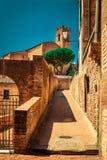 Vecchia via di pietra del vicolo a Siena Fotografie Stock Libere da Diritti