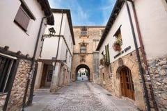 Vecchia via medievale ottobre 11,2016 nel villaggio medievale antico di Covarrubias, Burgos, Spagna Fotografia Stock