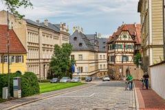 Vecchia via nel centro urbano di Bamberga in Germania Immagine Stock