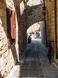 Vecchia via nella città della Rodi Fotografia Stock Libera da Diritti