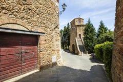 Vecchia via nella città della Toscana Fotografia Stock