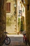 Vecchia via in Pienza con due bycicle, Italia Immagini Stock