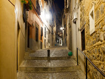 Vecchia via stretta della città europea nella notte Fotografie Stock Libere da Diritti