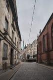 Vecchia via stretta medievale terrificante a Riga, Lettonia Fotografie Stock
