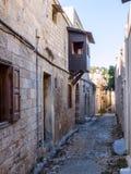 Vecchia via stretta nella città di Rodi Fotografia Stock