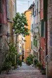 Vecchia via variopinta in Villefranche-sur-Mer Fotografia Stock
