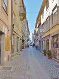 Vecchia via vicino alla cattedrale di Guarda Fotografie Stock Libere da Diritti