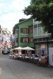 Vecchia via a Zurigo, decorata con le bandiere svizzere, la Svizzera Fotografie Stock