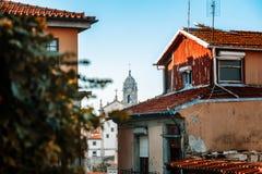 Vecchia vista aerea della città di Oporto, Portogallo con la torre di chiesa di Clerigos fotografia stock libera da diritti